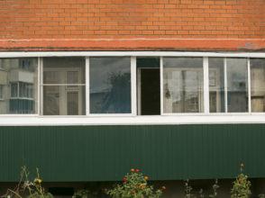 Остекление 6 метровой лоджии на алюминиевом профиле в старом доме, установка экрана, отливов.