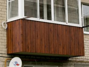 Комбинированное остекление. Алюминиевые раздвижные рамы с боковыми пластиковыми окнами. Установлен ударопрочный козырек.