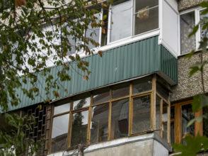 Совместное остекление балкона на 2 квартиры в панельном доме с расширением боковой стороны балкона.