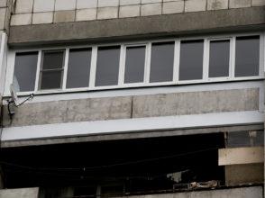 Пластиковое остекление 6 м лоджии на 12 этаже с заделкой нижнего и верхнего зазоров листовым металлом. Отделка боковых уличных откосов.