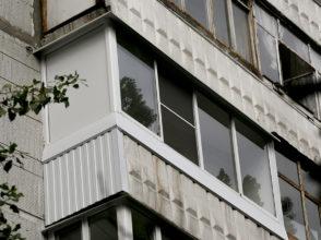Остекление типового косоугольного балкона в панельном доме (чешка), закрытие боковой стены металлопрофилем.