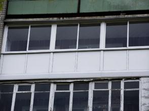 Витражное остекление раздвижными алюминиевыми рамами лоджии, с закрытием несущей плиты.