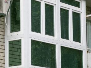 Витражное пластиковое остекление балкона с боковым расширением по полу и тонированными стеклопакетами.