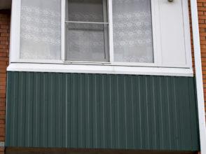 Остекление Г-образного балкона, установка боковой сэндвич-панели для дымохода.