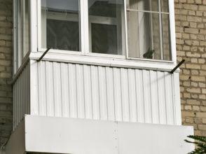 Остекление маленького аварийного балкона в сталинке, установка бельевых уголков.