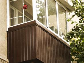 Алюминиевое остекление балкона с монтажом крыши, экрана и отлива металлопрофилем в один цвет.