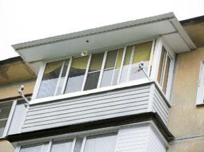 Остекление балкона (алюминиевая рама) и монтаж капитальной крыши с увеличением козырька на 70 см.