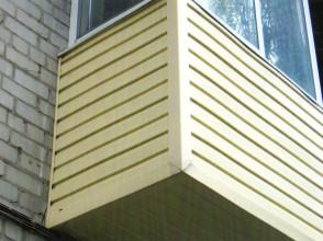 Комплексная отделка балкона виниловым сайдингом. Остекление пластиковыми раздвижными рамами.