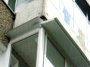 Монтаж козырька из сэндвич-панели на балконе.