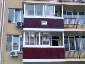 Остекление балкона, установка экрана из металлопрофиля.