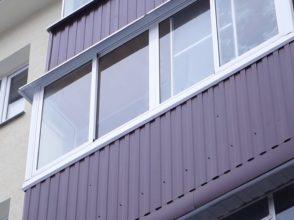 Красивый тёплый балкон с расширением пространства и козырьком из мягкой кровли