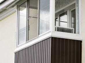 Остекление балкона и наружная отделка металлопрофилем на 2ом этаже.