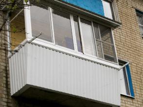 Остекление балкона с расширением середины и отделка сайдингом.