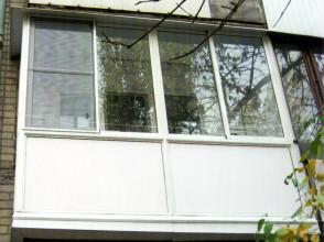 Витражное алюминиевое остекление балкона, с закрытием торцов несущей плиты (экран из сэндвич-панелей).